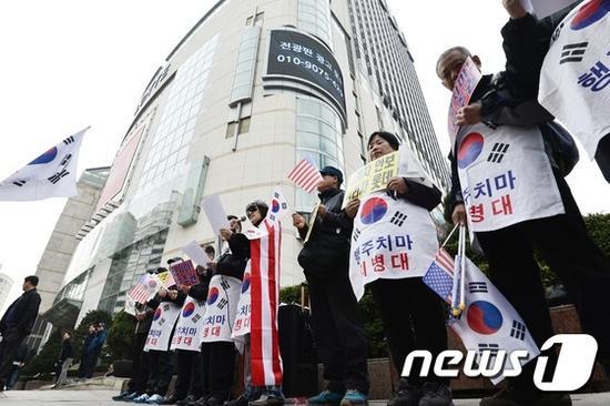"""韩保守团体抗议中国的""""限韩令"""""""