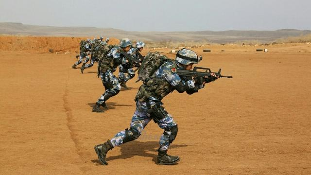 迷彩好显眼!解放军驻吉布提基地首次实弹训练