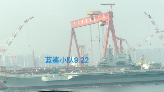 一天一变:国产002型航母就剩盾上面的脚手架了