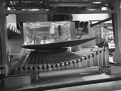 世界首台复杂曲面船板三维数控弯板装备工作现场