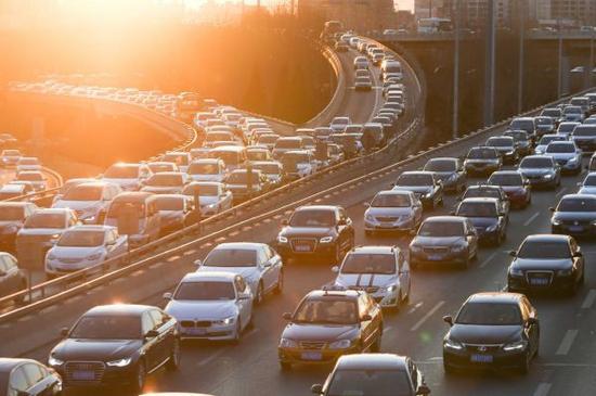 北京川流不息的车辆。(美国《华尔街日报》网站)