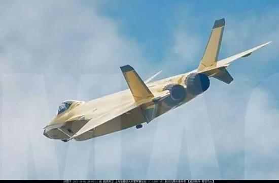 """歼-20使用国产""""太行""""发动机后使用了类似F-35的喷嘴隐身处理方式,但对于歼-20这样的双发机而言这并不完美,类似F-22的矩形喷嘴或是完美解决方案"""
