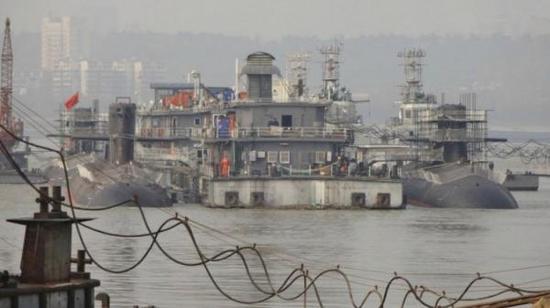 年初武汉造船厂3艘新型039B舾装