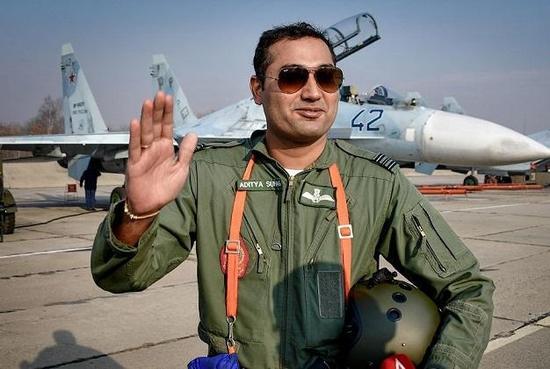 印军飞行员与苏-30M2合影,注意飞机平顶垂尾,这是苏-30MKK系列最为明显外部特征