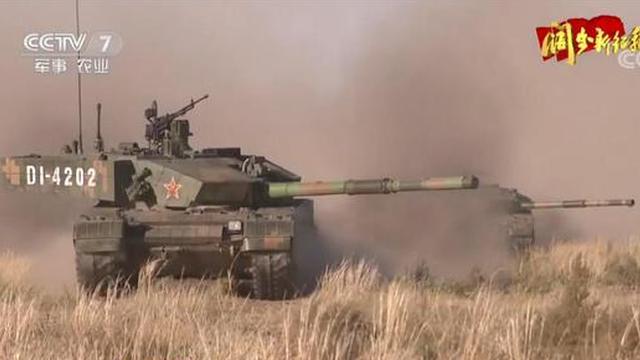 我军首支数字部队亮相装备超先进 坦克手称99A太棒了