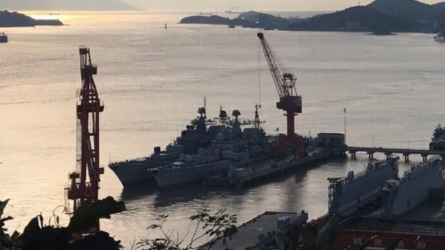 俄军表示这是谁?中国136现代级驱逐舰魔改出坞