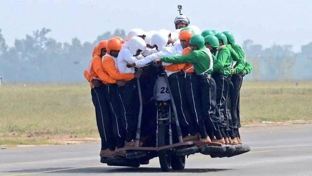 58人骑一摩托!印度陆军特技表演队创新记录