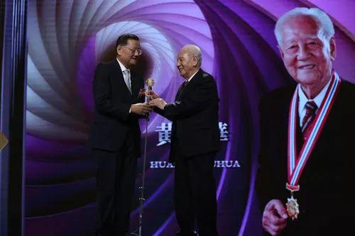 凤凰卫视董事局主席、行政总裁刘长乐为黄旭华院士颁奖