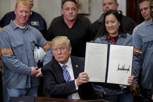 当地时间2018年3月8日,美国华盛顿,美国总统特朗普在白宫签署一份关于钢铁和铝的联合声明,将对钢铁征收25%的关税和10%的铝进口关税。