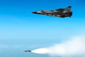 俄军两架米格31实弹射击训练 长机发射导弹击落僚机