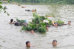 越军赤膊在冰冷河水中武装泅渡 手持中国造武器(图)