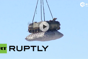 俄空降兵空投新型BTR-MDM战车