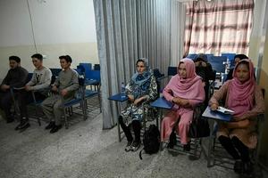 """外媒称塔利班新政府""""有所进步"""":允许女性上大学"""