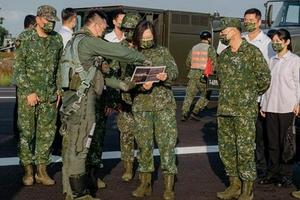 蔡英文手持台军跟踪解放军军机照片 意外还是演戏?