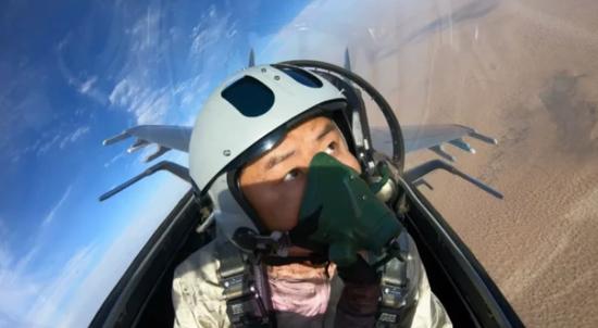 """歼16飞行员穿戴新装备 """"熊猫""""头盔彻底解决关键难题"""