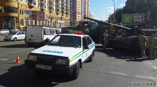 乌克兰阅兵彩排又出意外:坦克坏在半路只能拖走(图)qq163音乐