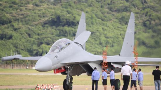 国产电子战机歼16D亮相珠海航展 印媒:印度又落后了