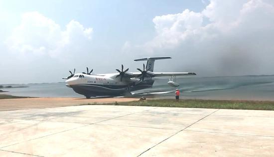 中国AG600水陆两栖大飞机成功进行水上滑行试验(图)