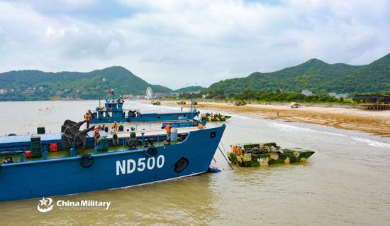 271-II艇输送两栖装甲抢修车及野战医疗车进入滩头