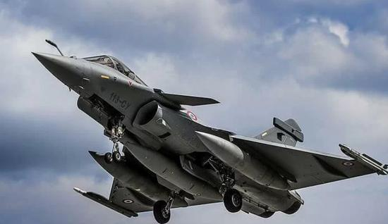 印度空军晒照阵风战机巡航边境 翼下挂载米卡导弹