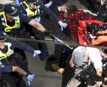 袭击警车、点照明弹……澳墨尔本举行反疫苗接种示威