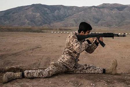 伊朗民兵练大劈叉射击