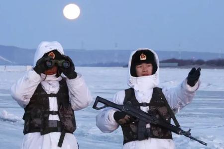 北疆边防卫士驻守国境大江