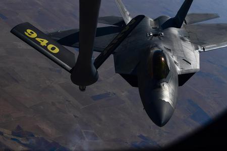 美軍駐卡塔爾F-22空中加油
