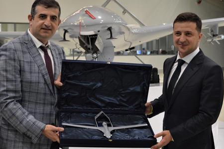 乌克兰总统获赠无人机模型