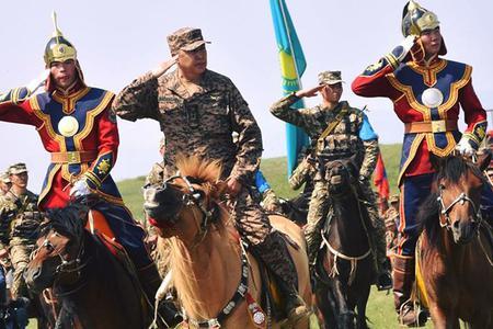 到了蒙古当然是比骑马射箭
