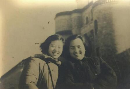 1950年赵宁(右一)与战友背景长春空军第一医院主楼