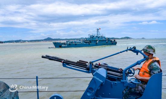 海防旅舰艇兵正在操纵舰载69式双联14.5高射机枪