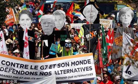 8月24日,民众在法国昂代伊举行集会抗议。/视觉中国