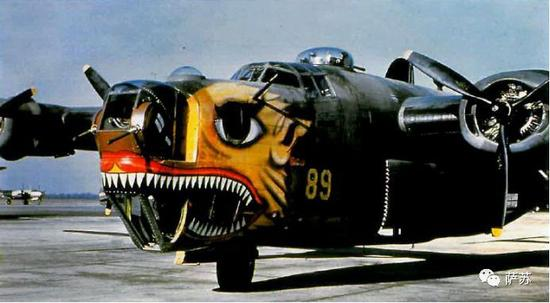 带着飞虎队大鲨鱼标志的B-24轰炸机,当时中国战区的若干B-24轰炸机是中美混合机组,颇有一些中国飞行员参加了从空中打击日军的任务