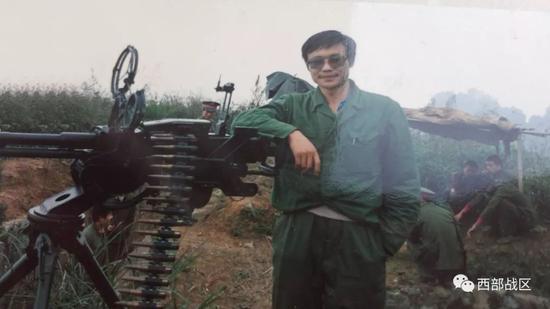 图为笔者杨彪在老山战地