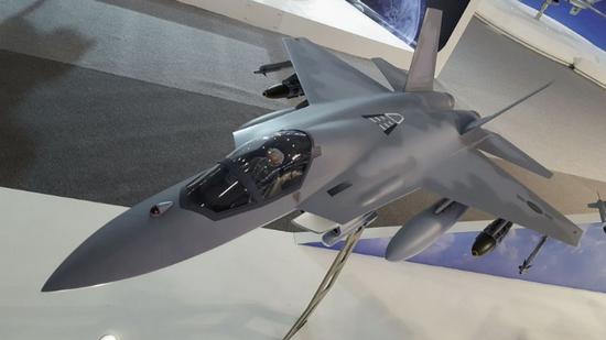 出现在首尔国际航空航天与国防展览上使用双引擎常规布局和隐身外挂的KF-X方案模型。按照这个方案即使KF-X制造出原型机,目前只能达到4代半的效能