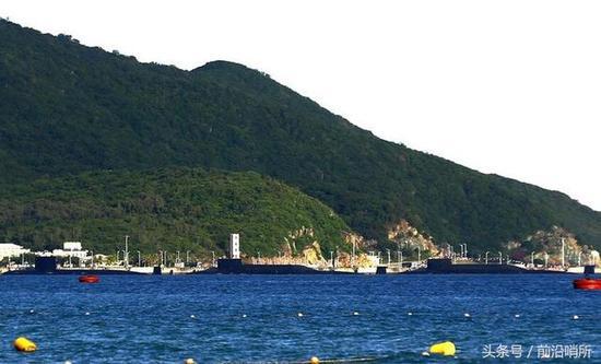 三亚海军基地多艘潜艇同时亮相