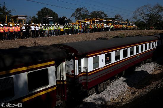 2017年12月21日,泰国呵叻,中泰铁路合作项目一期工程开工仪式举行。(图源:视觉中国)
