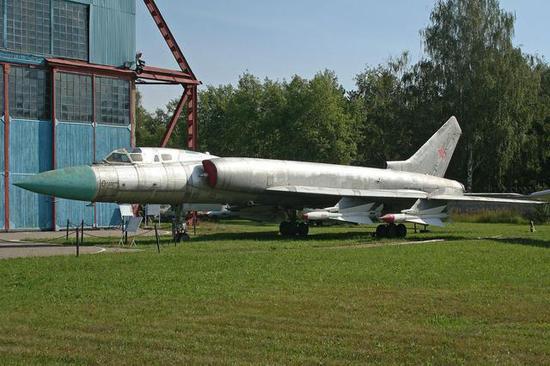 图-128,翼下就是R-4R/T导弹