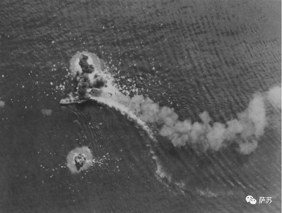 ▲ 在盟军轰炸机猛烈攻击下的日军运输船