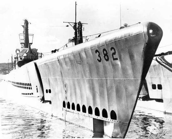 ▲ 美国海军梭鱼号(USS-382)潜艇,属白鱼级,1943年下水,排水量2400吨,装备533毫米鱼雷发射管10门(前六后四)