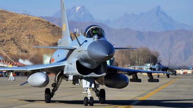 回击印度挑衅:中国空军歼10歼11高原空战演练