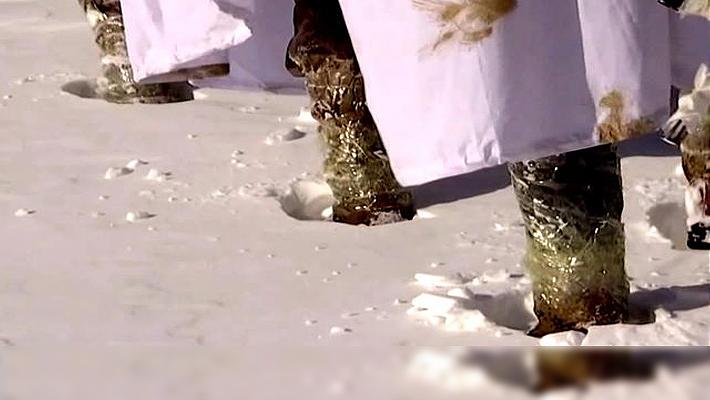 冬季巡逻鞋子进雪后果严重 解放军用一土办法就解决
