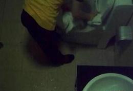速8酒店女工用浴巾擦马桶