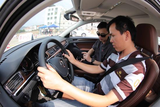专业车手教官手把手教学,提高新手驾驶技能