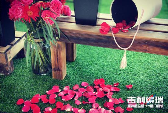 娇艳欲滴的鲜花簇拥着今日的主角——吉利缤瑞。