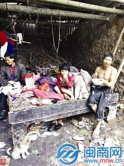 破败的窝棚中,小梅和父母一起吃饭,稀饭配野菜就是一顿(李文泰供图)