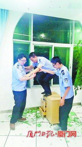 台风登陆夜,因患病而身体虚弱的陈清洲坚持爬上桌子,给办公楼窗户贴胶布加固,突然玻璃碎了,同事连忙将他扶下来。
