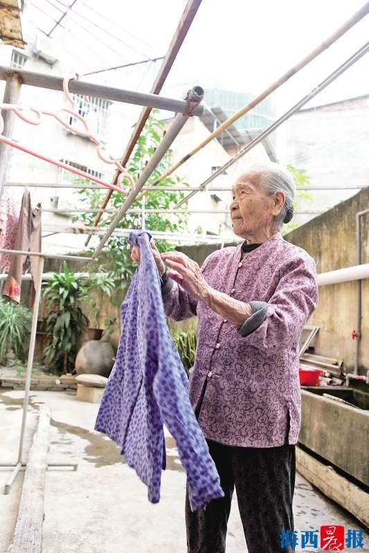 何秀奶奶身体硬朗,常做家务.