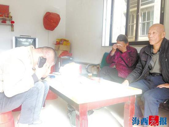 林振奕接到亲友的电话时,止不住掉眼泪。记者陈雅玲摄
